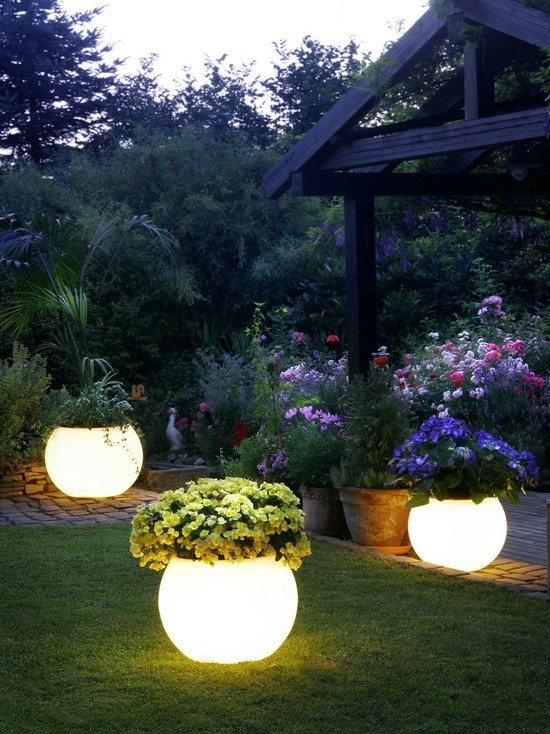 flower pots that light up - create a gentle glow in your yard.