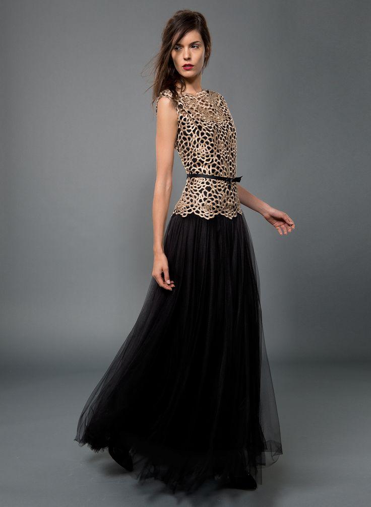 falda larga negra & top dorado de Tadashi Shoji