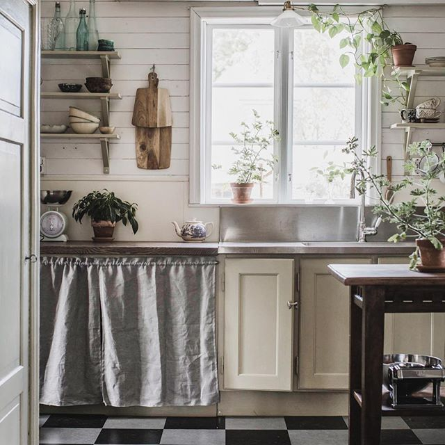 Hemma igen, trött men ack så inspirerad efter en jobbdag med @mari_strenghielm hemma hos @oddlovin | From todays location with @mari_strenghielm at @oddlovin's place. So genuin and beautiful. #countryliving #kitchen #scandinavianinterior #interior #interiör #interiør