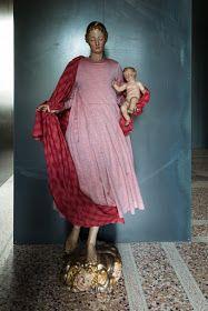 *** VENTO Con le braccia composte in armonia, danza dolcemente una donna, cullando con grazia un bambino ad...