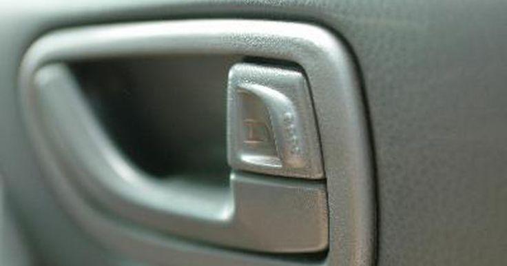 Como destravar a porta de um jipe Cherokee. Trancar suas chaves dentro do carro pode acontecer facilmente. Você deve sempre ter um conjunto de chaves reservas feitas para seu veículo, mas isso pode ser caro se você tiver um carro novo com uma chave codificada com chip. Antes de você chamar um chaveiro, o que pode custar no mínimo R$ 100,00, você mesmo pode tentar destravar as portas do seu ...