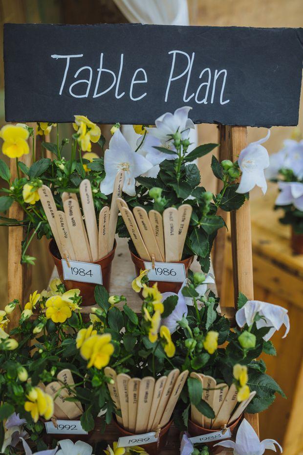 Table Plan Wedding - Sitzplan DIY Scheunenhochzeit mit einem Hauch von Japan von James and Lianne | Hochzeitsblog - The Little Wedding Corner