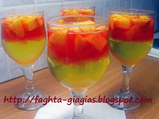 Ζελέ δίχρωμο με φρούτα σε ποτήρι
