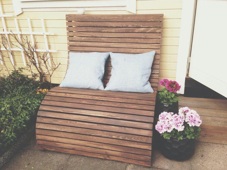 En mindre tvåsits soffa för utomhusbruk byggd av Martin Timell iäntligen Hemma Byggprojekt