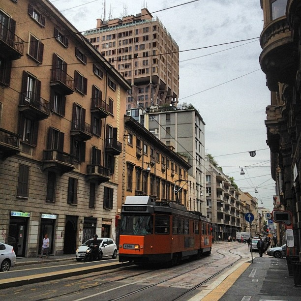 Si va al lavoro. #fermata del #tram sotto la #torre #velasca. #trammilano #milano #milan #italy #travel #trip - @giuseppemosca- #webstagram