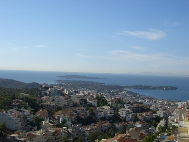 """Ο Δήμος Βάρης, οικοδομημένος επί του αρχαίου δήμου """"Αναγυρούντος"""", αποτελεί τη νότια διέξοδο από τα νότια προάστια της Αθήνας προς τα Μεσόγεια. Δοικητικά ανήκει στη Νομαρχία Ανατολικής Αττικής. Περιβάλλεται από τους ορεινούς όγκους του Υμηττού και βρέχεται από το Σαρωνικό. Συνορεύει με την Βούλα, τη Βουλιαγμένη και το Κορωπί. Είναι από τις περιοχές της Αττικής που συγκεντρώνουν τις υψηλότερες αξίες σε γη..."""