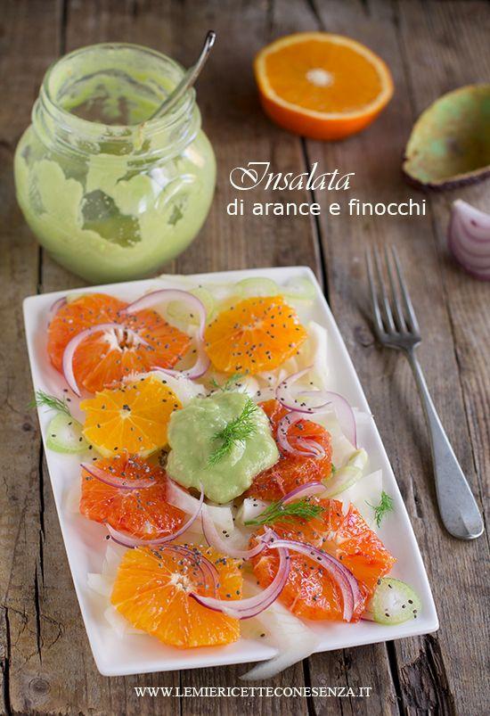 Insalata di arance e finocchi con dressing all'avocado, insalata light con avocado, cipolle rosse, arance e finocchi, un'insalata invernale sana e saporita