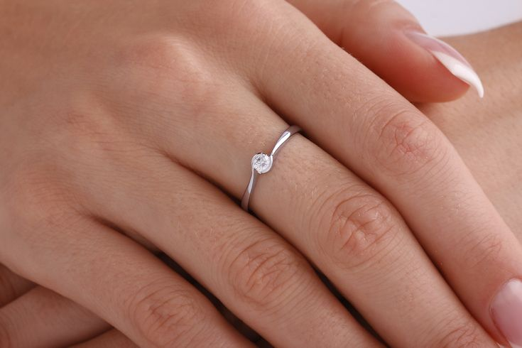 Inel de logodna aur alb 18kt cu un diamant rotund briliant - RD374W pe https://www.royaldiamante.ro