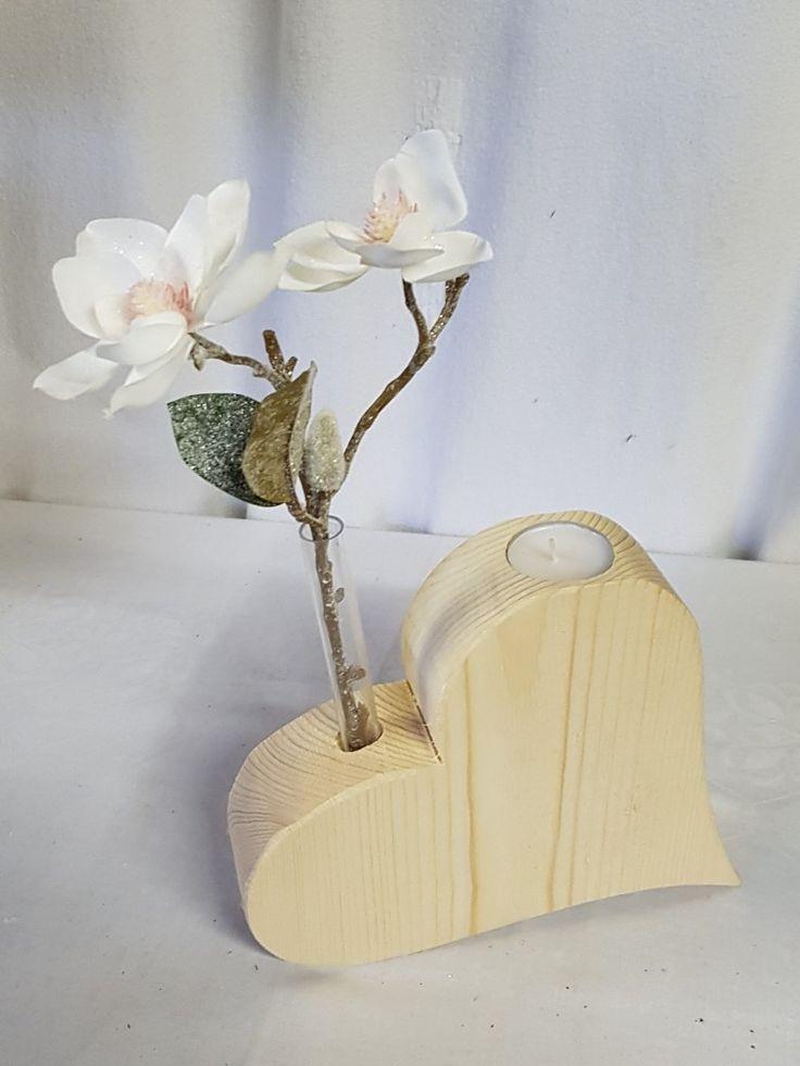 Herz aus Holz mit einem Teelicht und einer Reagenzglas Vase
