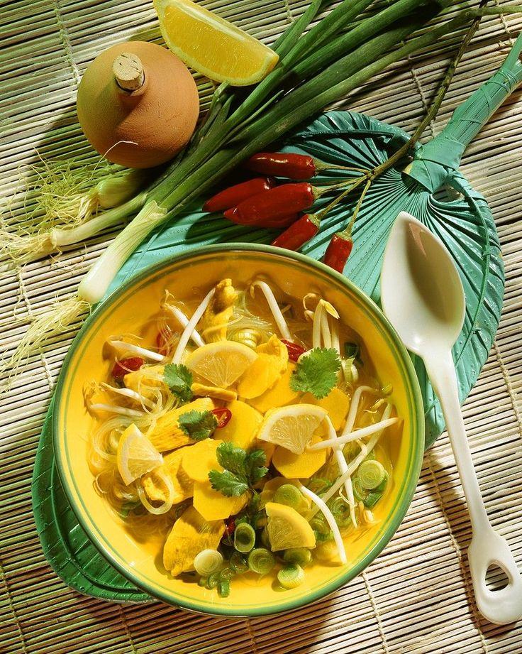Zitronensuppe mit Hähnchen mit Kartoffeln und Sojasprossen | http://eatsmarter.de/rezepte/zitronensuppe-mit-hahnchen-mit-kartoffeln-und-sojasprossen