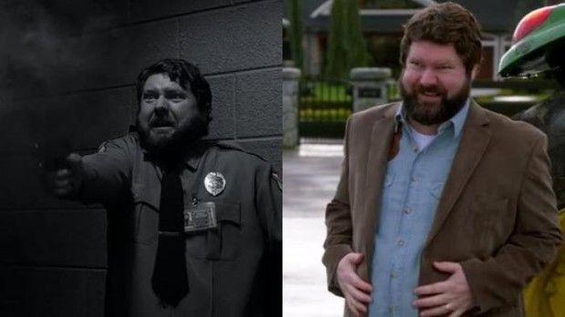 Джон Стюарт: в эпизоде 4.05 сыграл роль охранника в музее, хотя на сайте IMDb почему-то указан как «доставщик пиццы», хотя эту роль играл совсем другой актер. В эпизоде 8.14 у Карла Стюарта была роль покрупнее – он исполнил Карла Гренвилла.