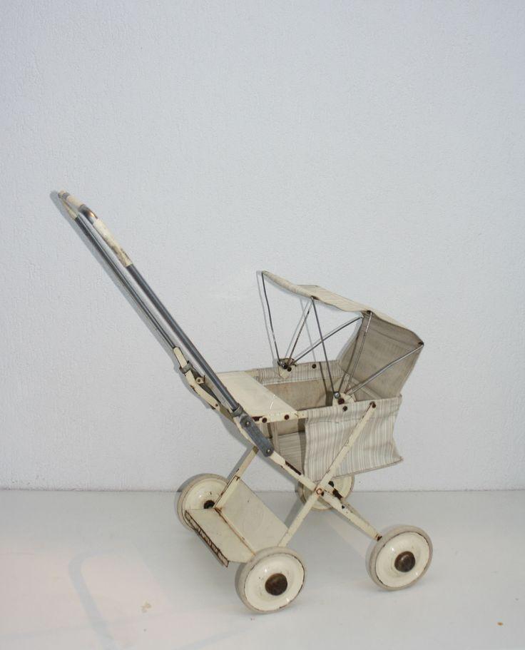 Bé & Bé vintage wandelwagen  Deze vintage wandelwagen uit de jaren 60 is helemaal gemaakt van metaal, met een gestreept canvas zitje en rubberen bandjes. Natuurlijk helemaal in te klappen, mooi en onverslijtbaar! www.droomfabriek.info