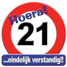 Rond deurbord van karton in de vorm van een verkeersbord bedrukt met cijfer 21. Een hartstikke leuk product voor de 21ste verjaardag.