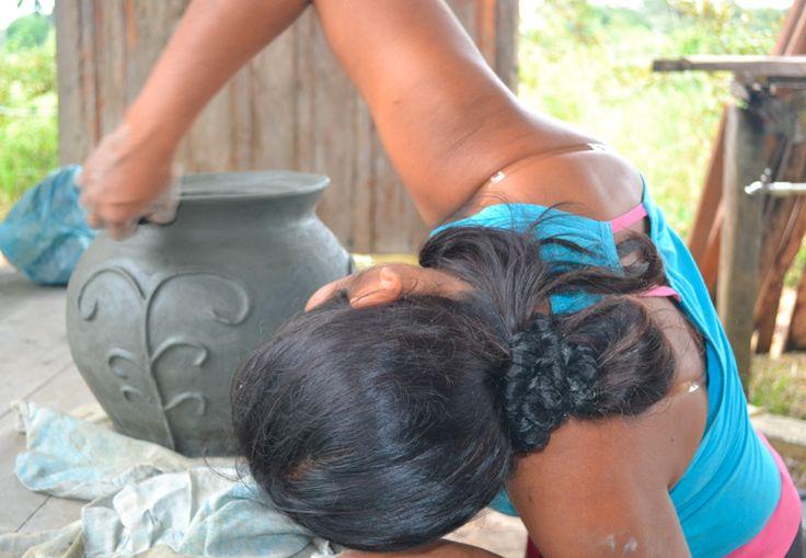 Artesana Cubeo puliendo su trabajo (Vaupés- Colombia)
