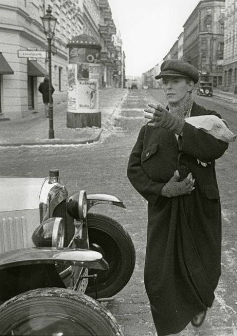 A normal day for David Bowie with his piglet in Berlin hailing a taxi