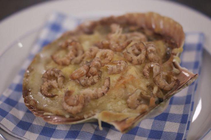 Zo'n mooie sint-jakobsschelp vol verse vis, champignons en smeuïge saus is en blijft een (voor)gerecht boordevol nostalgie. Je kunt dit verrassingspakketje uiteraard ook als hoofdmaaltijd serveren met bijvoorbeeld witte rijst of aardappelpuree.