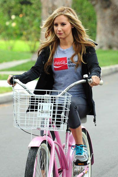 Ashley Tisdale, Emma Roberts are Coca-Cola cuties: Adorable Daughters, Tisdale Bike, Design Handbags, Coca Cola Cuti, Daughters Gemma, Cuti Celebrity, Emma Robert, Ashley Tisdale, Favorit Celeb
