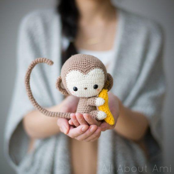 PATRON PDF : Nouvel an chinois singe Crochet Pattern - - - - - - - - - - - - - - - - - - - - - - - - - - - - - - - - - - - - - - - - - - - - - - - - Crochet de votre propre bébé adorable singe à l'aide de ce modèle de crochet qui est une partie de notre série de nouvel an chinois ! Ce modèle contienne des instructions clairement expliquées et photos pour vous aider à crocheter ce singe avec son goûter préféré, une banane ! Le câblage en option rend sa queue, les bras et les jambes…