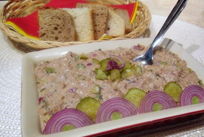 Retete Culinare - Pasta de ton cu ceapa rosie si castraveciori