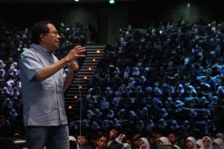 Rizal Ramli di hadapan 4000 Mahasiswa ITB: Membakar Semangat Kaum Muda  KONFRONTASI- Sedikitnya 4000 mahasiswa ITB memberikan respon semangat ketika mendengarkan tausyiah (kuliah umum) tokoh nasional Rizal Ramli PhD (RR) yang juga alumnus ITB di Kampus yang melahirkan Presiden Soekarno PM Ir. Djuanda dan Presiden Habibie. Kampus itu pula yang melahirkan Rizal Ramli yang dijuluki mahasiswa ITB sebagai Soekarno masa kini era reformasi. Rizal Ramli adalah sosok yang diharapkan Guntur Soekarno…