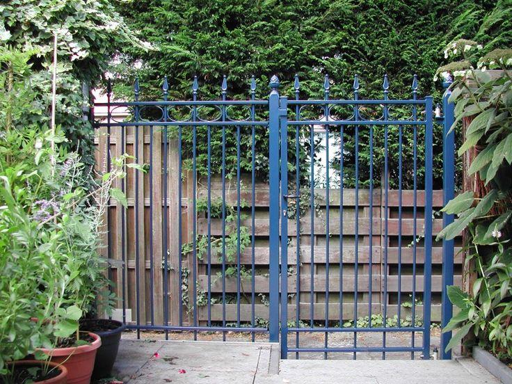 Looppoorten Nijenburg (2). Looppoort, poort van metaal maatwerk. De poort is vaak een aanvulling op het sierhekwerk in de voortuin, tuin.