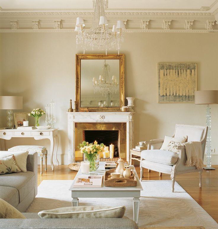 La fuerza del oro  Si combinas dorado y blanco roto, tu salón será el centro de todas las miradas. La decoradora Ana Ros ha utilizado los de...