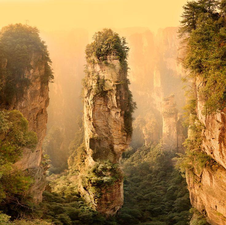В китайской провинции Хунань есть уникальнейший парк Чжанцзяцзе. Неописуемое зрелище представляют собой горы – величавые каменные столбы, 800 метров высотой, острые вершины, множество пещер, водопадов, рек. Недоступные высокие вершины покрыты столетними соснами, их еще называют «Обителью богов». Те, кто посетил парк Чжанцзяцзе в Китае, говорят, что по впечатлениям это равносильно посещению галереи китайской живописи, только все здесь видишь воочию.