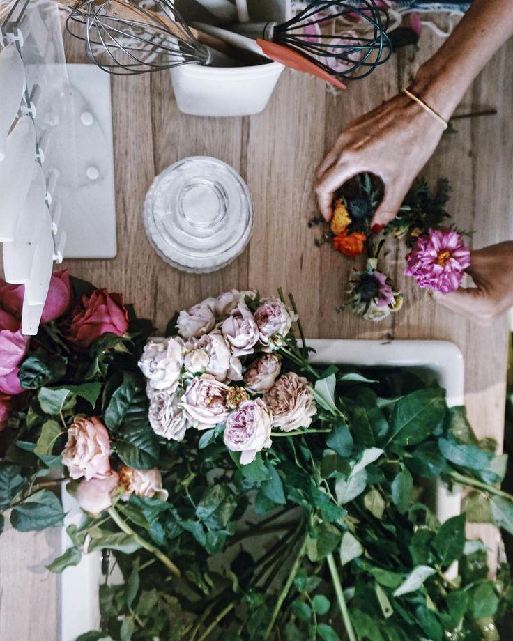 La leggerezza delle corone di fiori intrecciate dalle dita delicate di @ouifleurs, il tocco aspro del Lime con lo zucchero di canna e della menta nel Mojito.  I colori sgargianti dei sombrero e della pinata da rompere. Era il Messico il tema della serata. E noi ci siamo calati benissimo nei personaggi.  Grazie @realtimetvit #bakeoffitalia
