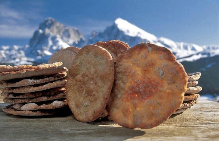 Schuttelbrot, heerlijk. Echt een Italiaans streekprodukt, uit SudTirol. Lekker met een stuk Italiaanse geiten-kruidenkaas. Beide in rugzak met wandelen en tussendoor picknicken op de alm
