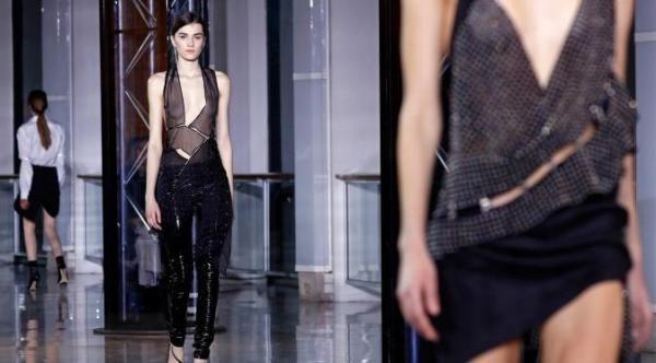 Foto Seksi Model Peragaan Busana Transparan Paris Fashion Week 2016
