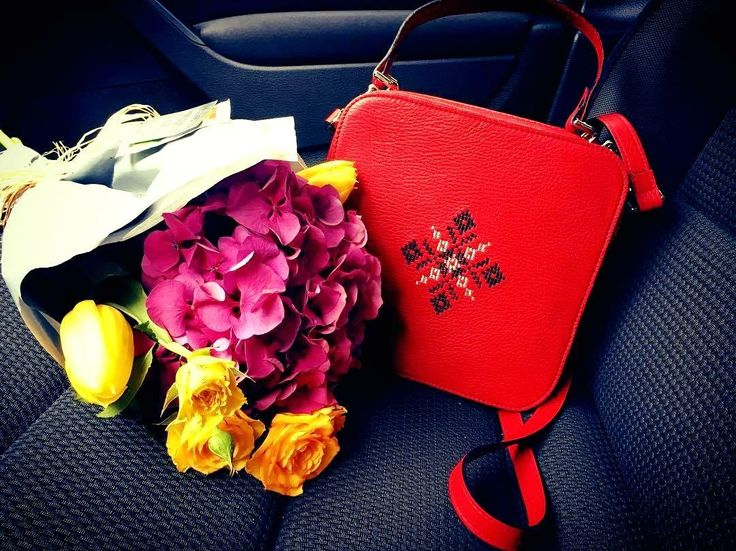 Red magpie with beautiful bouquet. #red #leatherbag