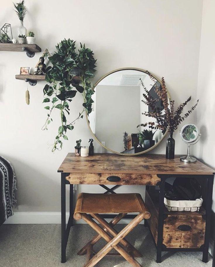 Rustikales Schlafzimmerdekor mit Messingspiegel und Grün Hölzerner Schreibtisch Eitelkeit Boho