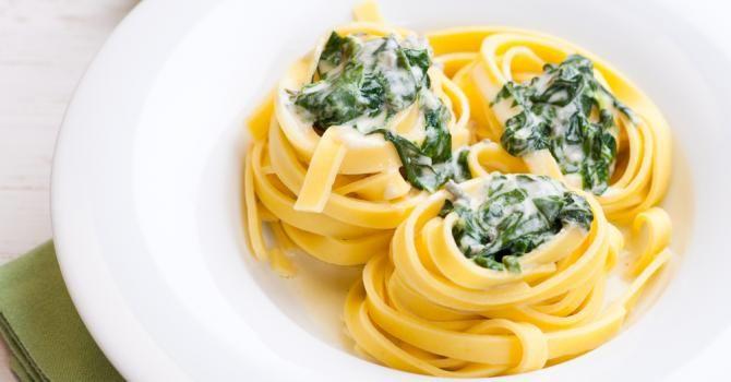 Recette de Tagliatelles légères aux épinards et fromage blanc 0%. Facile et rapide à réaliser, goûteuse et diététique.