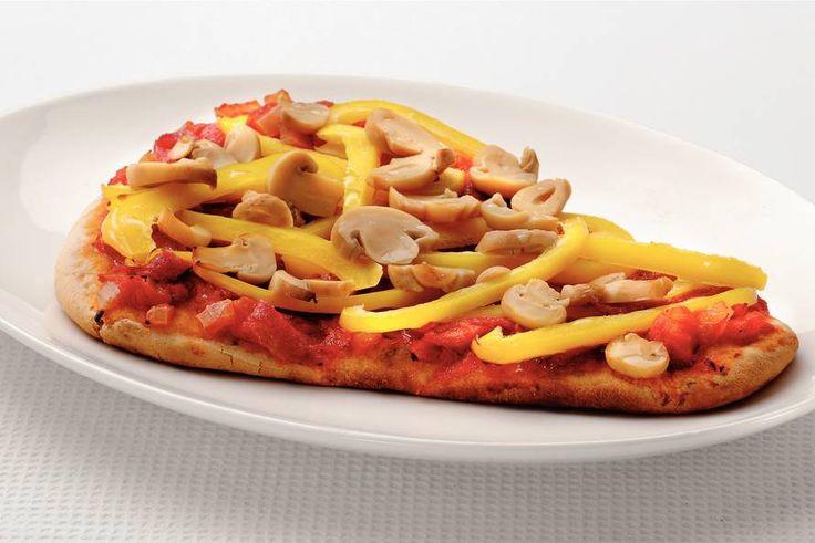 Kijk wat een lekker recept ik heb gevonden op Allerhande! Pizzabrood met salami en groenten