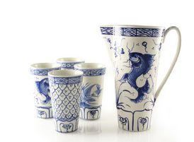 Het dorp Bat Trang in Noord-\Vietnam is al eeuwenlang het pottenbakkerscentrum van Vietnam. Van generatie op generatie geven pottenbakkers en glazuurschilders hun beroepsgeheimen aan elkaar door. De bekers zijn met de hand beschilderd met traditionele, typisch Vietnamese decoraties.