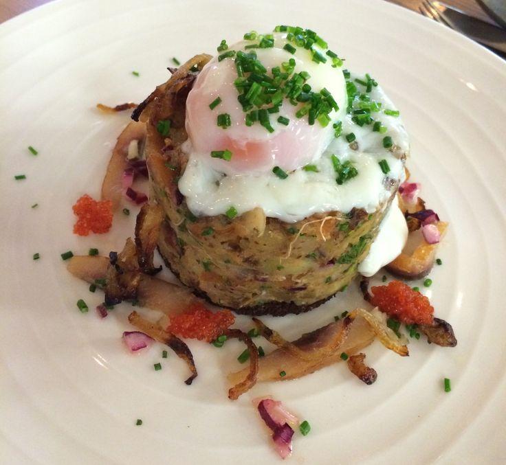 Böcklingsallad: insalata di Böckling,  aringa salata e affumicata, uovo poché, sedano e finocchi marinati #bjork #swedishbrasserie #bjorkaosta