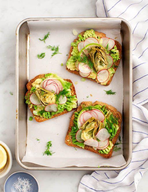 潰したアボカドを塗ったトーストは、簡単なのに栄養たっぷりで美味しいですよね。今回は、定番レシピよりもさらにお洒落で美味なアボカドトーストの作り方10通りをご紹介します。