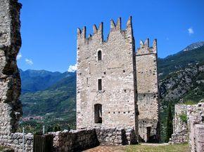 Kasteel van Arco In de omgeving van het Gardameer kan je gigantisch veel kastelen terugvinden. Het stadje Arco is gekend door het Castello di Arco. Deze ruïne staat op een opvallende rots die ver boven het stadje uitsteekt. Vanuit het centrum van dit mooie stadje kan je een leuke wandeling maken naar dit kasteel. Drone …