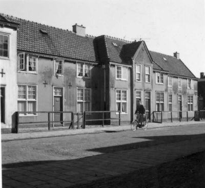 Foto, gemaakt tussen 1950 en 1960, van de Equatorstraat in de Sterrenwijk te Utrecht.