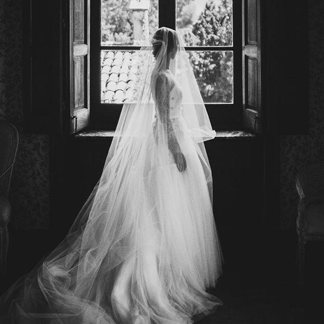 Maria // La Riega // julio 2017. . . . @mariabarrientosg estaba así de impresionante con su vestidazo de @covadongaplaza peinada por @peluqueriasuarez maquillada por @lorenacarbajalmakeup . Una boda en la que al final tuvimos un día espectacular. Asturias tiene estas cosas y nos da estas sorpresas. @hectortorra @lostestigos @cateringmanzano @celia_persempre @grgeventos @varsoviagijon @aitorluisvega @donacurcuma  #wedding #weddingday #weddingdress #weddingphoto #weddingphotography #bridal…