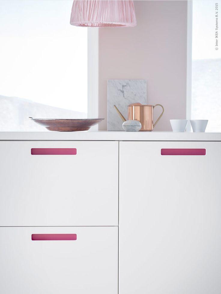 Designerna Wiebke Braash och Henrik Preutz logger bakom MÄRSTA luckor och lådfronter till METOD kökssystem, med integrerade handtag där du enkelt byter färg till vit, ek, brun eller rosa!