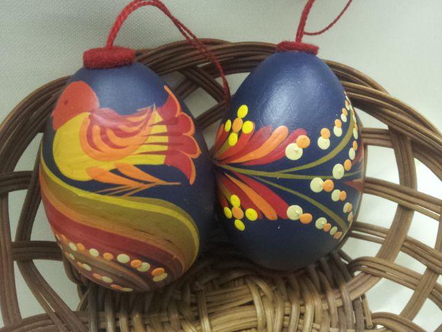 Fából készült, festett tojások.