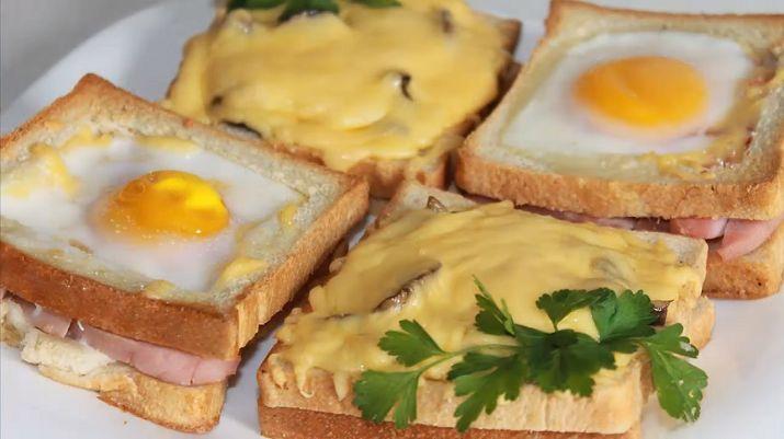 Запеченные в духовке бутерброды с грибами, сыром, помидорами, ветчиной и яйцами удивительно красивые и очень вкусные. Их с удовольствием уплетаю за обе щеки и дети, и взрослые. Удивите своих близких такой изумительной закуской.