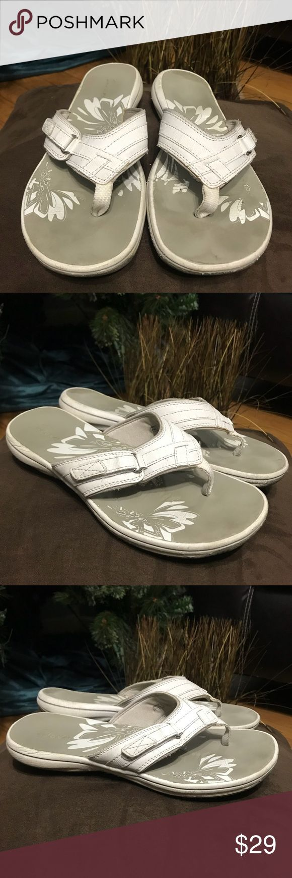 CLARKS Off White Sandals Slides Sz 8 FEATURES  •Clarks Sandals  •Sz 8 Not marked  •Color: Off White  •Velcro Fastening for better fit.  •Super Comfy 😊  •Thanks for watching, if you have any question please don't hesitate to ask. I accept offers 😊😁 Clarks Shoes Sandals