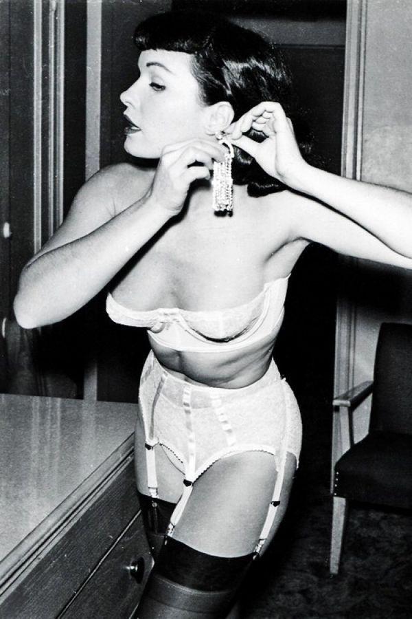 Давайте перенесемся из унылой повседневности в те времена, когда дамы были женственны...