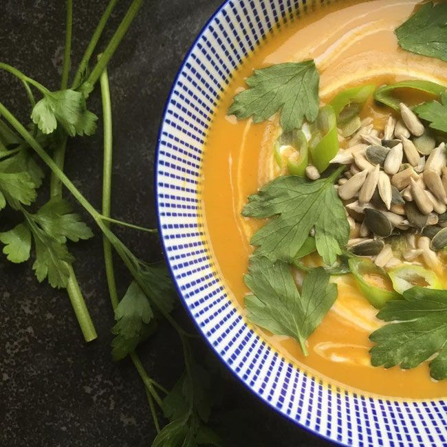Vegan zoete aardappelsoep, het ideale vegan lunch of diner gerecht