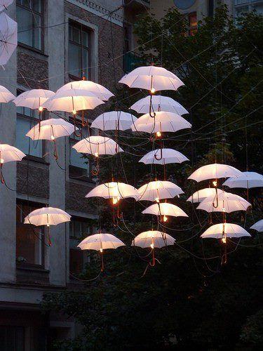 Días de lluvia... y paraguas. Decoration with umbrellas.