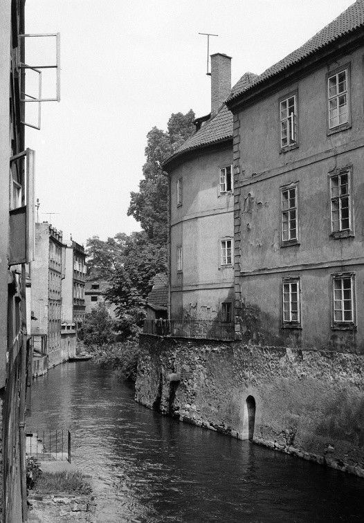 Pohled na Čertovku (637-6) • Praha, červen 1960 •   černobílá fotografie, Čertovka, okna, Kampa  • black and white photograph, Prague 