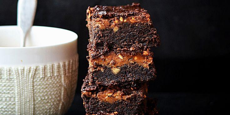 Super-de-luxe brownies met gezouten karamelsaus, pinda's en een cheesecaketopping met pindakaas. ELLE ETEN.