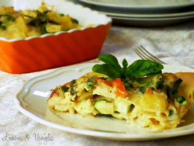 Le lasagne alle verdure sono un piatto invitante e saporito, adatto a vegetariani e vegani, semplicissime da preparare. Le lasagne alle verdure sono anche